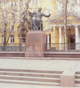 The monument ti P.I. Tcaikovsky in front of the Moscow Conservatoire building