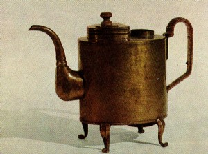 KETTLE-SHAPED SAMOVAR. End of the 19th cent.— beginning of the 20th cent. Sheet brass. Ht. 29 cm. Private collection. Saint Petersburg