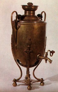 SAMOVAR. Early 20th cent. Copper. Ht. 49 cm. State Russian Museum