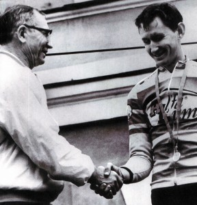 Boris Konyschew gratuliert seinem Sohn Dmitrij zum Sieg
