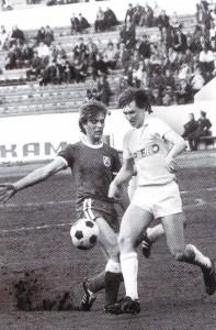 """FC """"Lokomotive"""", Nischni Nowgorod (gestreifte Trikots) in einem Heimspiel. Angriff von Alexander Garmaschow"""