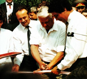 Russlands President Boris Jelzin eroffnet einen neuen Tennisplatz in Nischni Nowgorod