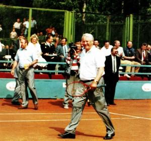 Russlands President Boris Jelzin auf dem Spielplatz der Tennisakademie von Sauri Abuladse