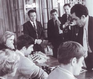 Ex-Weltmeister Tigran Petrosjan beim Simultanspiel gegen die Journalisten des Pressezentrums der Universiade 1973