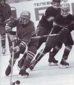 """Das Turnier """"Der goldene Puck"""" ist schon 20 Jahre alt. Auf dem Eis - junge Spieler aus der Siedluna Sortirowka"""
