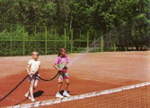 Tennisplatz wird zum Turnier vorbereitet