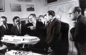 Dmitrij Schostakowitsch und Mstislaw Rostropowitsch zu Besuch in der Werft Sormovo