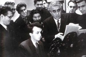 Aram Chatschaturjan mit Studenten des Konservatoriums von Nischni Nowgorod. Links im Bild - Komponist Arkadij Nesterow, Rektor des Konservatoriums