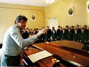 Die Probe. Dirigiert Lew Siwuchin, Leiter des Knabenchors von Nischni Nowgorod, Volkskunstler Russlands