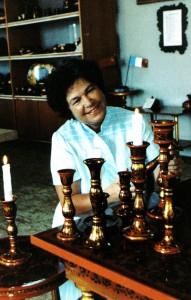 Chochloma-Erzeugnisse sind auf dem Weltmarkt sehr gefragt. Hauptmalerin Ekaterina Dospalowa mit ihren Werken