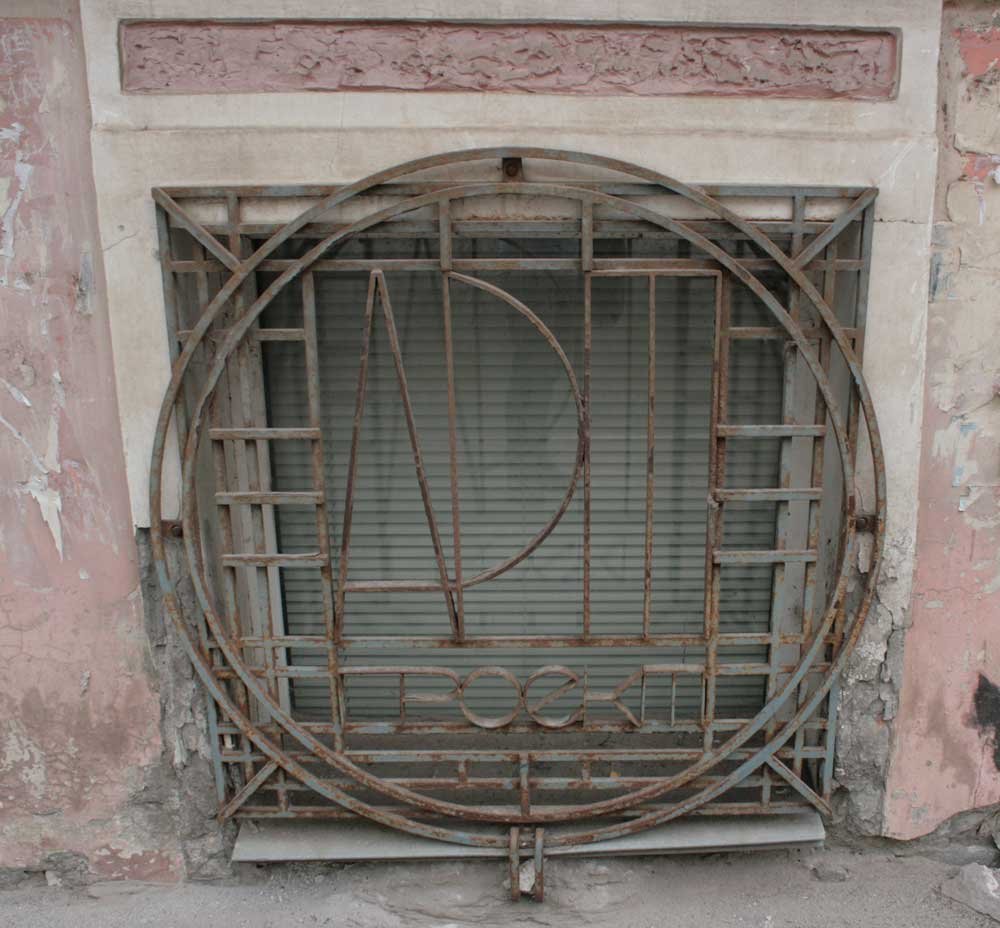 Culture decorative metal grille on the square window can