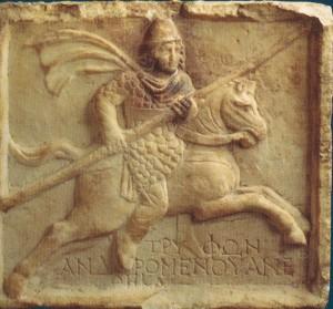 Das Relief mit der Trifon-Abbildung und Widmungsbeschriftung. Mitte des 2. Jh. u.Z. (eine Kopie, das Original befindet sich in der Staatlichen Ermitage).