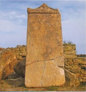 Die Stele am Eingang ins altertьmliche Tanais mit der Abbildung der Göttin Tiche, Schützerin des Stadttors, am Fronton. Mitte des 3. Jh. u.Z.