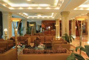 """Das Interieur der Lobby aus """"Don Plaza""""."""