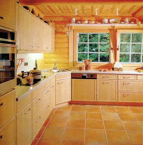 Bright kitchen, in harmony with the light wood and floor tiles
