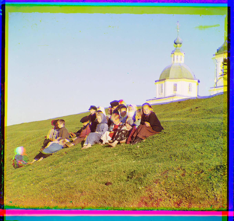 Children and Church of St. Paraskeva, Summer 1909. S Prokudin-Gorsky 21067